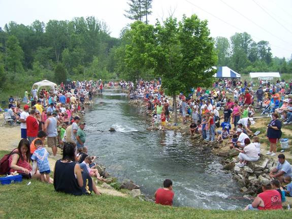 Over 1 000 at catch a rainbow kids fishing derby on for Fish hatchery ky